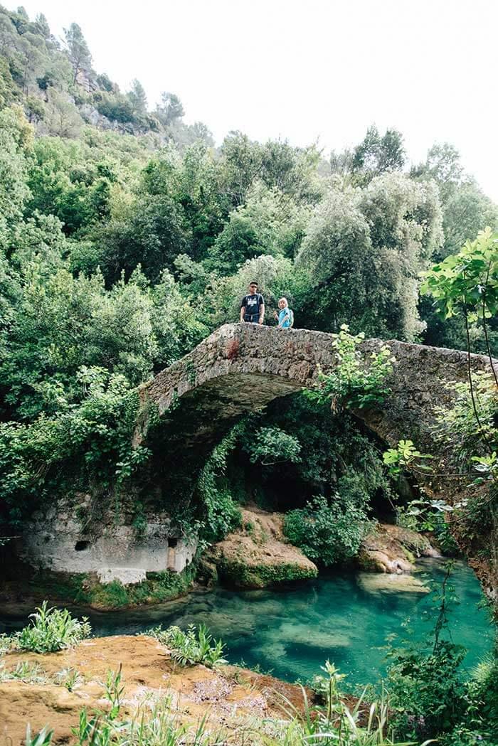 papa et son enfant sur un pont au dessus d'une rivière à montauroux dans le massif de l'Estérel