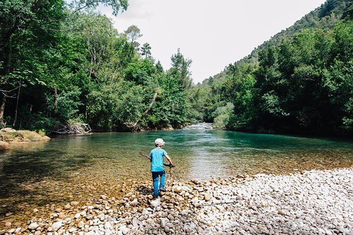 petit garçon qui joue au bord de la rivière