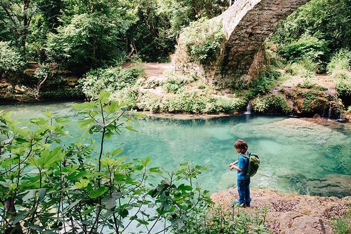 enfant au bord d'une vasque au pont des tuves (estérel)