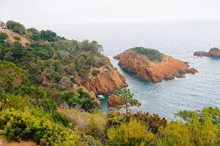 les rochers rouge du bord de mer sur la côte d'azur, vers fréjus