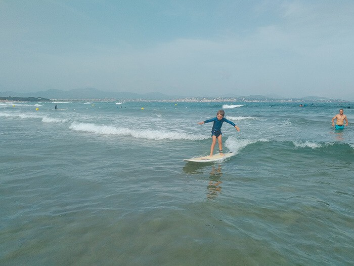 petit garçon qui fait du surf dans la baie d'Agay sur la côte d'Azur