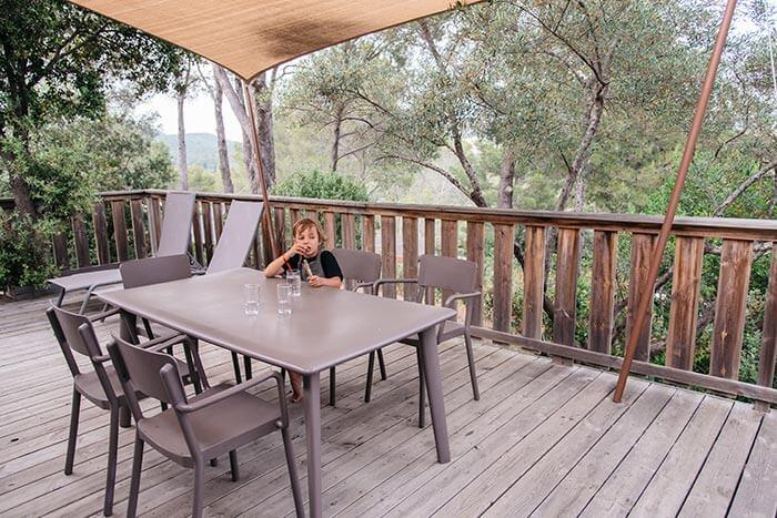 petit gaçon sur une terrasse en bois d'un bungalow du camping à fréjus