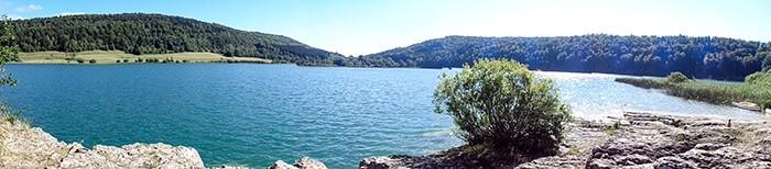 vue du lac de narlay dans le jura