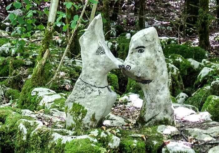 pierres en forme d'animaux sur le sentier de Malrochers