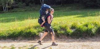 maman et sa fille en randonnée en montagne avec le porte bébé deuter kid comfort pro