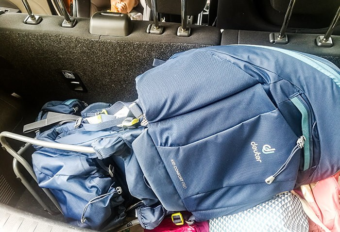 porte bébé dorsal Deuter Kid Comfort Pro rangé dans un coffre de voiture