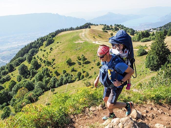 papa et sa fille portée dans le le porte bébé Deuter Kid Comfort Pro devant une belle vue en montagne