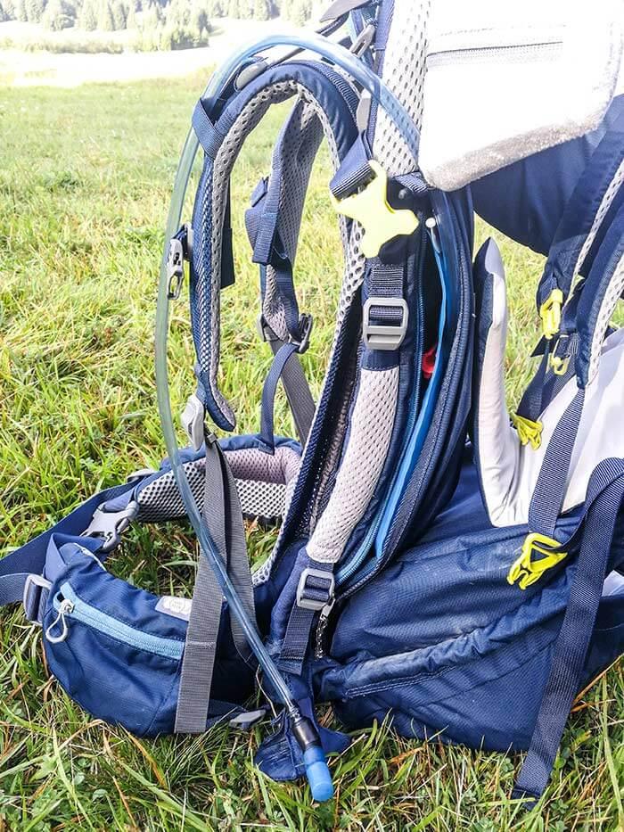 Détail du le porte bébé Deuter Kid Comfort Pro : la poche à eau