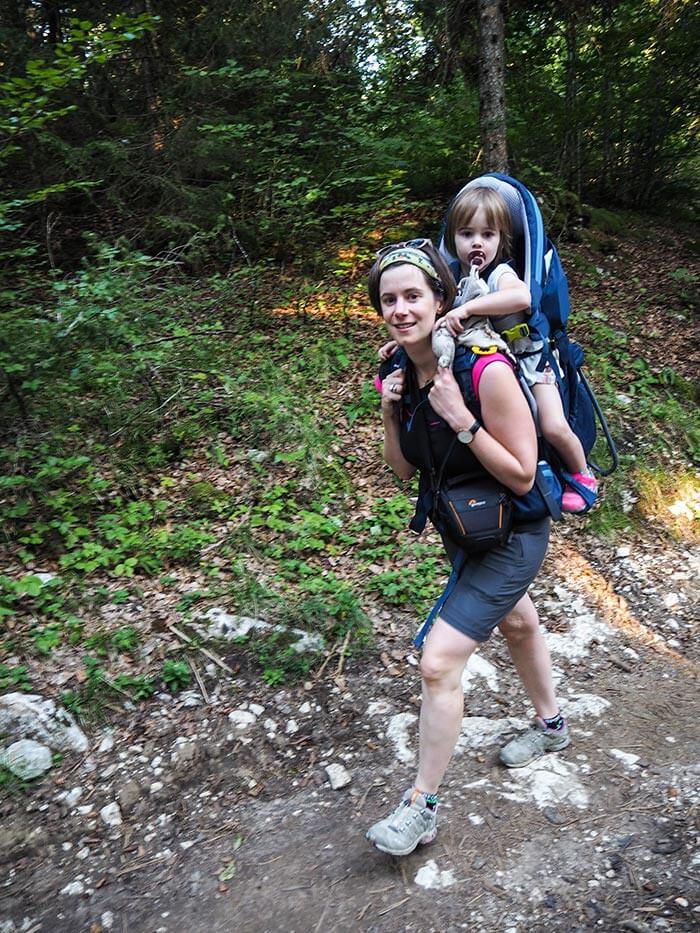 maman et sa fille portée avec le porte bébé Deuter KC Pro en rando