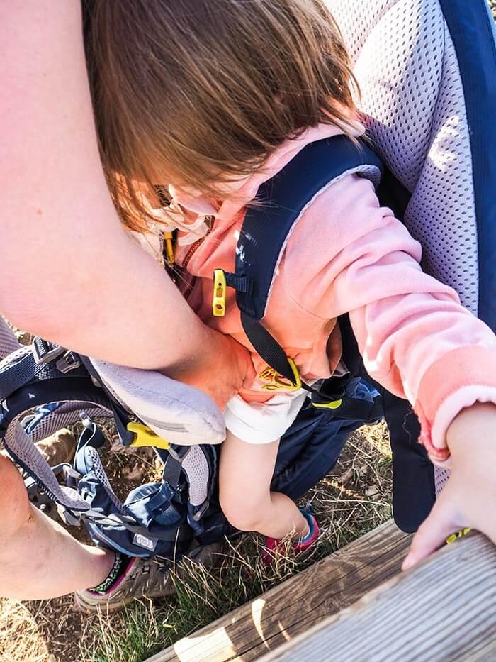 installation d'un enfant dans le porte bébé Deuter Kid Comfort Pro