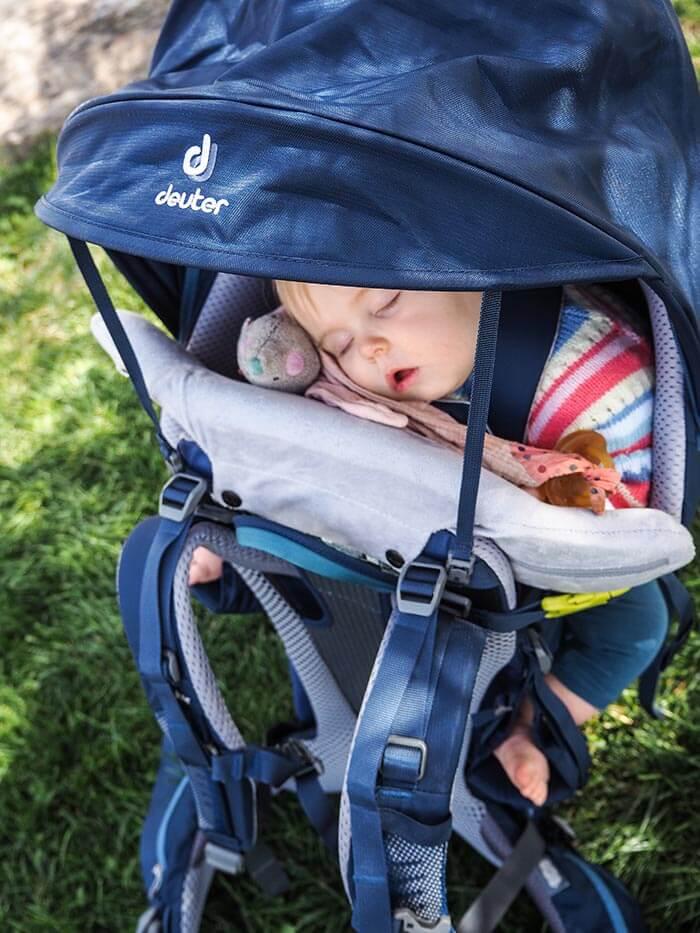 bébé qui dort dans le nouveau porte bébé Deuter Kid Comfort Pro
