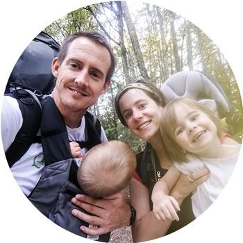 famille de 4 personnes : 2 adultes et 2 jeunes enfants en randonnée en montagne