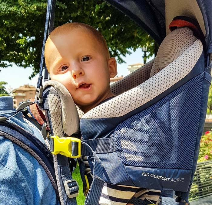 enfant de 1 an teste la mentonnière du porte bébé Deuter Kid Comfort Active 2019