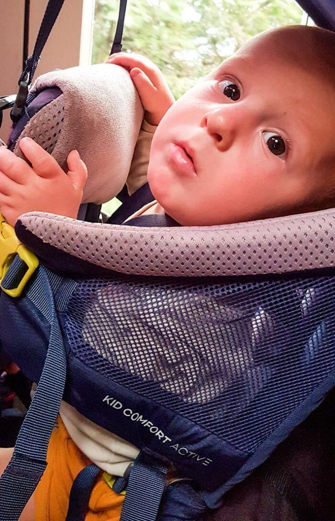 détail du harnais du porte bébé Deuter Kid Comfort Active 2019 avec le bébé à l'intérieur