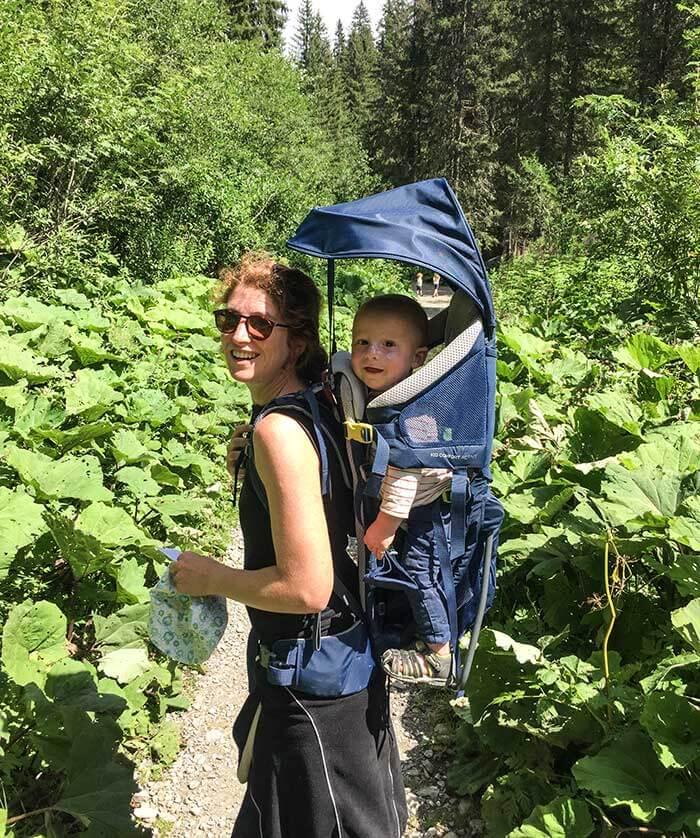 maman et son fils dans la nature, avec le porte bébé Deuter Kid Comfort Active