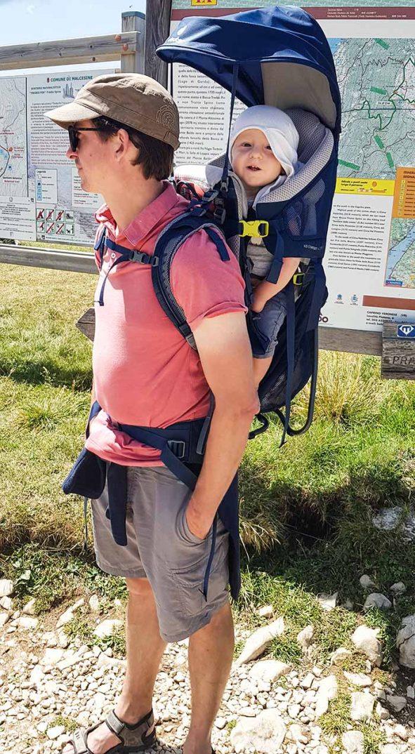 papa et son enfant en montagne avec le porte bébé Deuter Kid Comfort Active 2019
