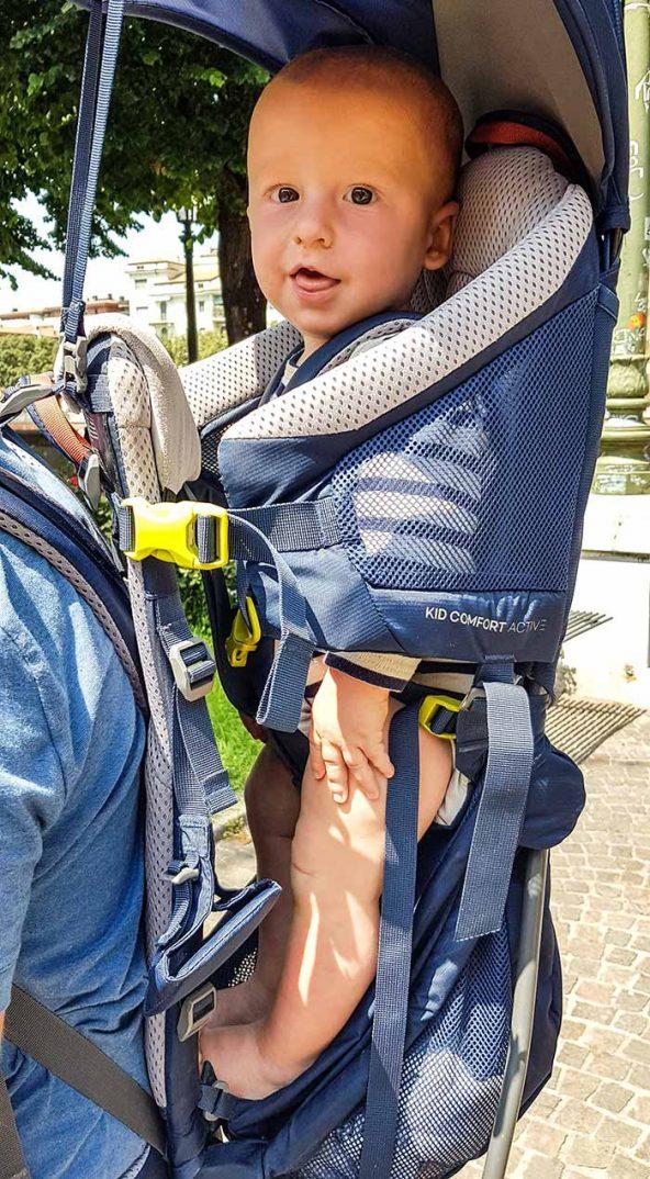 la position de l'enfant dans le porte bébéà armatures Deuter Kid Comfort Active 2019