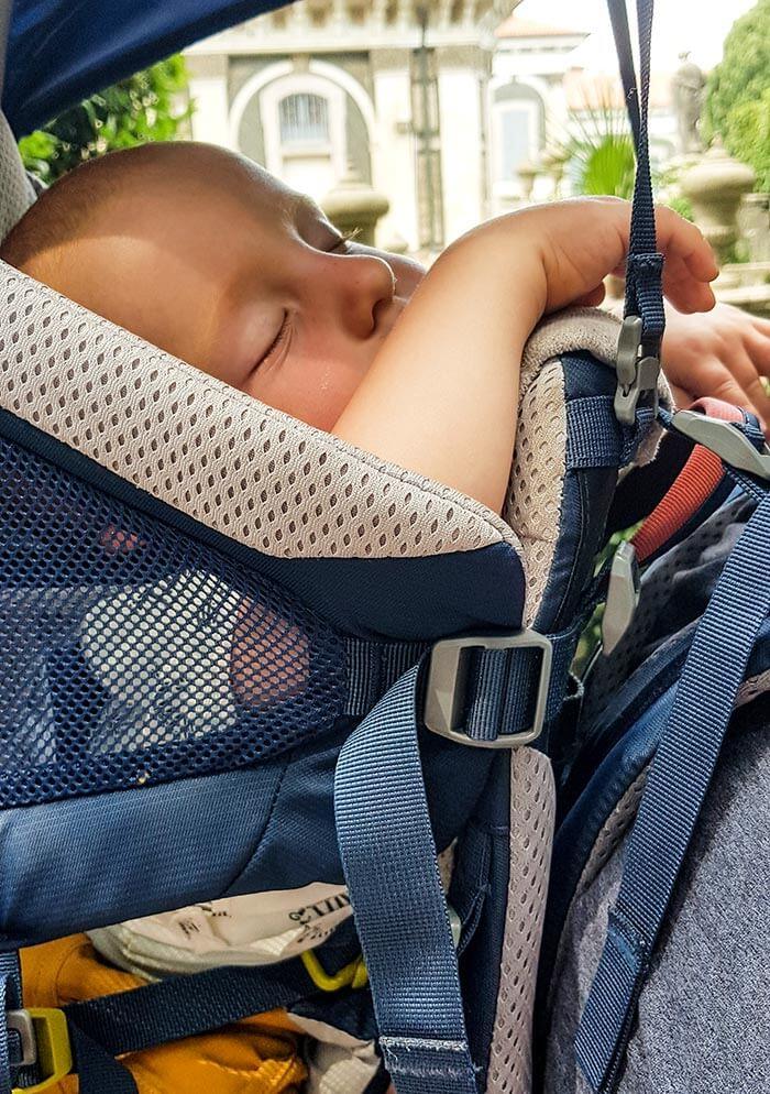 enfant qui dort dans le porte bébé de randonnée Deuter Kid Comfort Active 2019