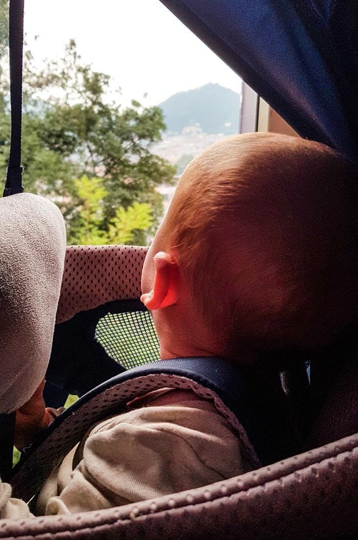 enfant qui regarde le paysage, installé dans son porte bébé Deuter Kid Comfort Active