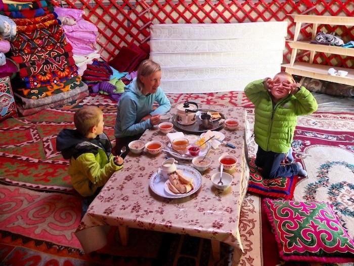 Famille intérieur dans yourte petit déjeuner chaud couleur Kirghizistan