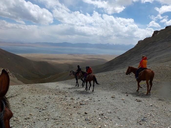 Balade cheval famille nature sauvage lac Chatyr Kul Kirghizistan