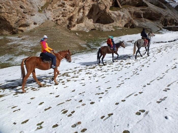 Balade cheval neige famille enfant Kirghizistan montagne