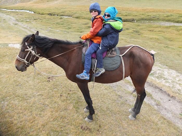 Balade à cheval Kirghizistan enfant famille Naryn Tash Rabat