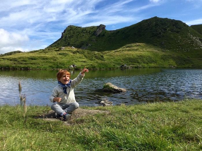 Image enfant au lac vert valais suisse dents du midi