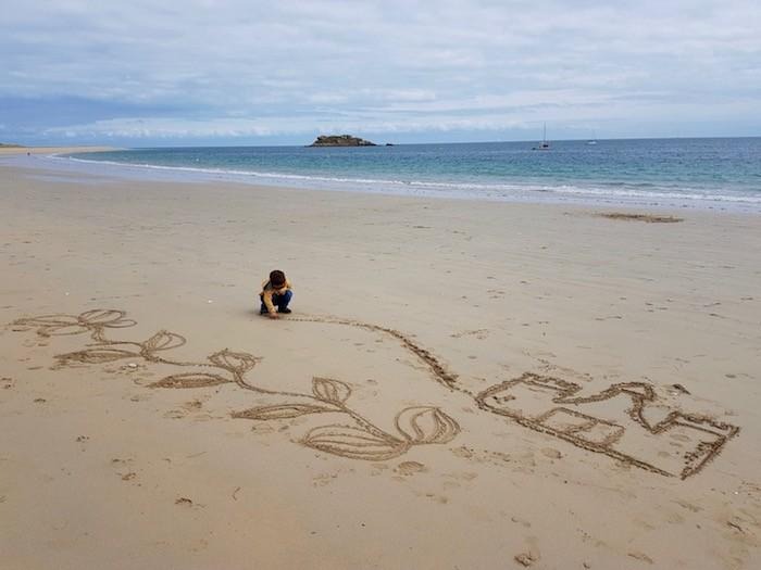 Dessin sable enfant mer
