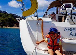 Enfant sur bateau voilier belle ile