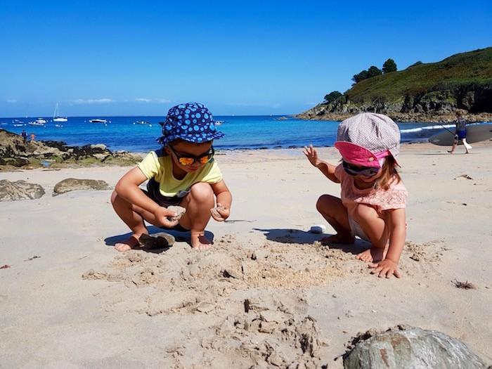 enfant joue sable plage chateau sable