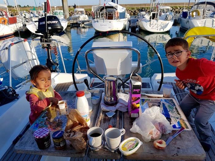 enfant petit dejeuner bateau