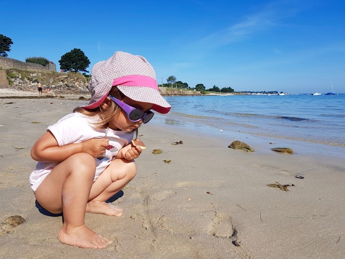 Enfant plage sable bretagne