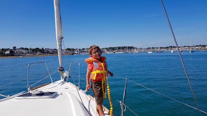 Enfant gilet de sauvetage longe sécurité bateau