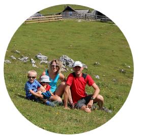 Famille Brion dans la nature avec enfants à la montagne