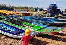 Cambodge enfant pirogue village flottant