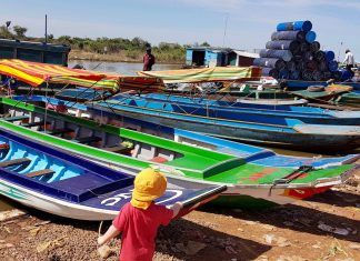 Cambodge enfant pirogue village flottant