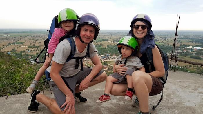 Famille en voyage au cambodge en scooter