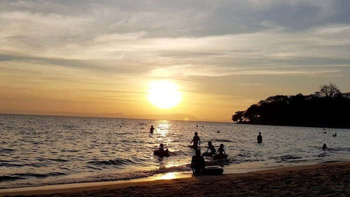 couché de soleil cambodge plage kep famille