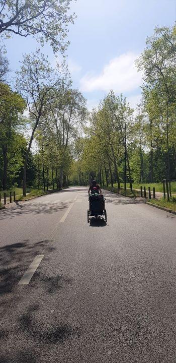 Famille à vélo sur la vélodysée avec charette vélo enfant