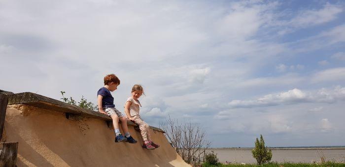 Deux enfants jouant au parc étoilé le long de la vélodyssée