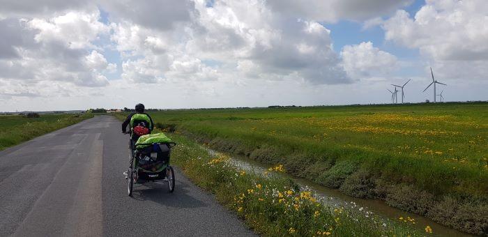 Famille sur la route en voyage à vélo