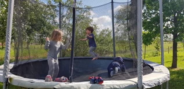 Enfant jouant sur un trampoline