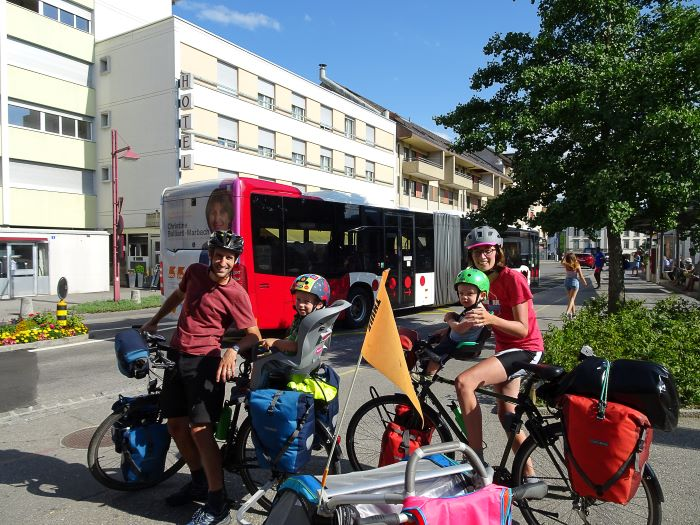 Bulle Suisse à vélo en famille