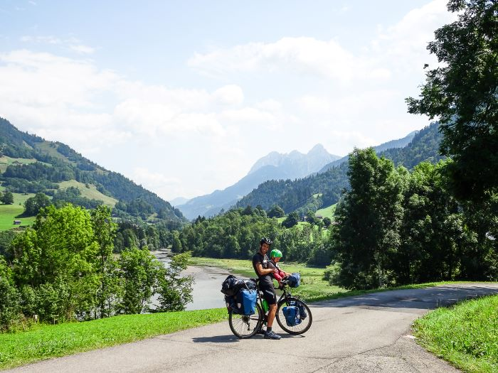 Suisse à vélo en famille paysage