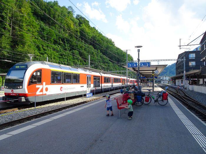 Suisse à vélo en famille train interlaken
