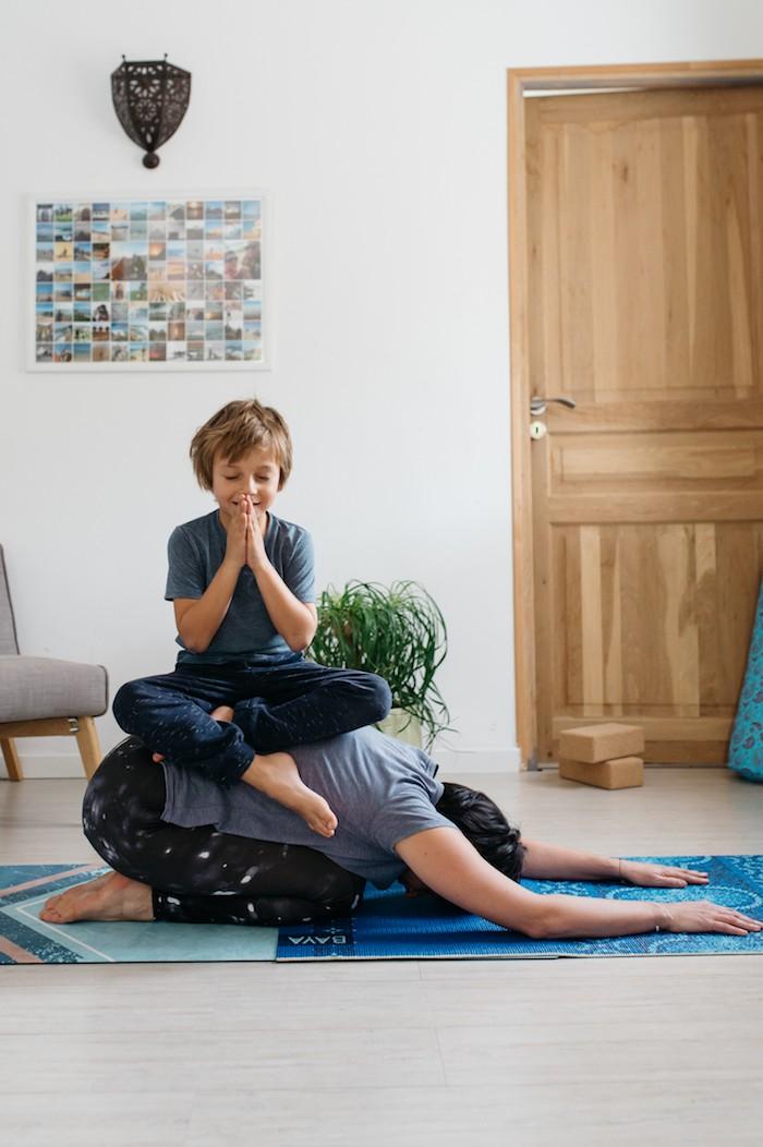 Posture yoga parent et enfant
