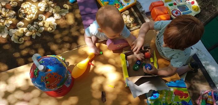Enfants et leur jouets en train de jouer dehors