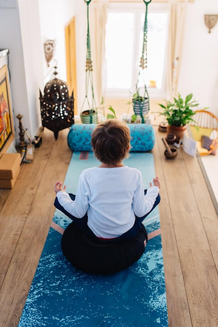 Enfant en train de faire du yoga