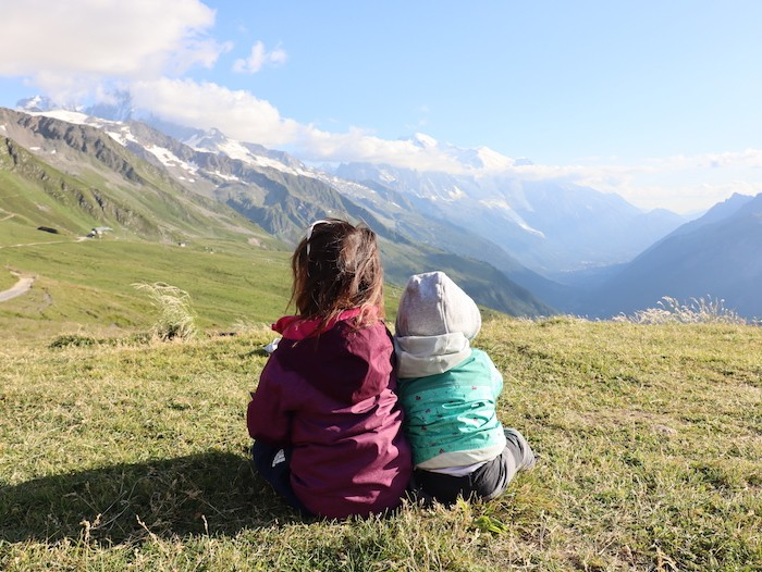Enfants en randonnée dans les alpes